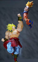 SH Figuarts Broly vs Goku 02 by Infinitevirtue