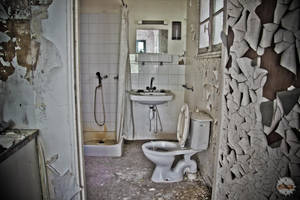 Decayed bathroom by adurbex