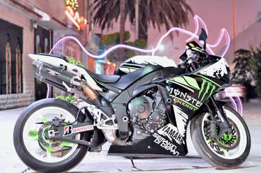 Yamaha R1 by mclaranium