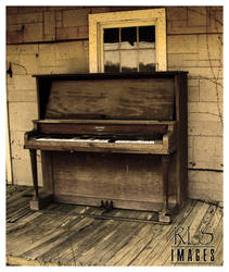 Lonely Piano by Alabamaphoto