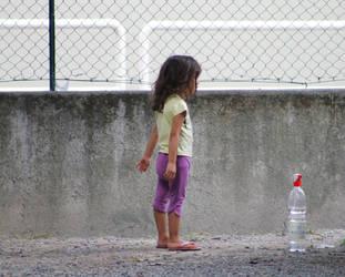 Watching like a little girl by Makkialientje