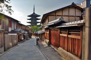 Yasaka Pagoda by lazzapepper