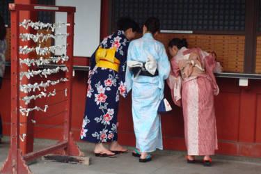 Japonaises au temple by Izzzzzzy